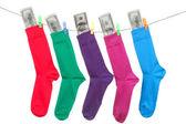 Красочные носки с наличными висят на веревке — Стоковое фото