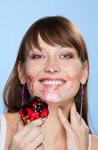 Mutlu kız onun yüzüne smear pastası — Stok fotoğraf