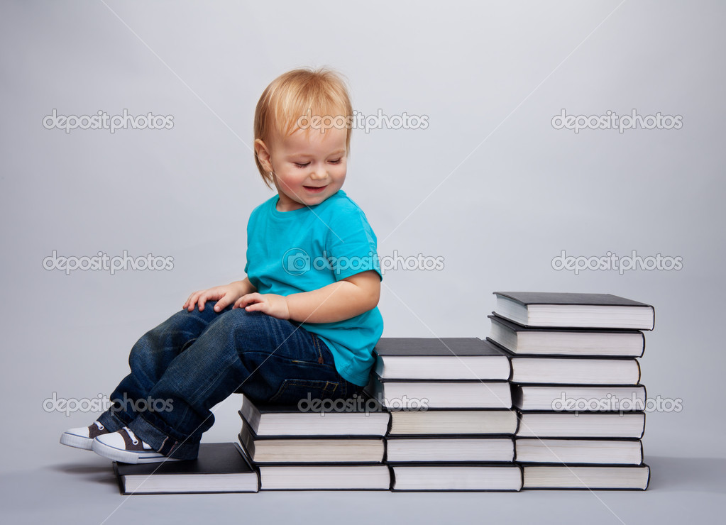 enfant assis sur un un escalier de livres photographie serrnovik 5559089. Black Bedroom Furniture Sets. Home Design Ideas