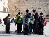 Group of Jewish children with Western wall on background — Stock Photo