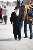 Old ortodox Jewish man with walking stick near the Western Wall — Stock Photo