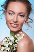 Beauty with spring flowers — Stock Photo