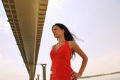 Meisje op de achtergrond van de brug — Stockfoto