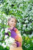 žena v kvetoucí strom — Stock fotografie