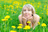 Blonde woman on the grass — Stockfoto