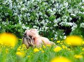 Woman enjoys nature — Stock Photo
