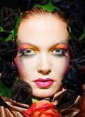 Bella bionda con una corona di fiori sulla testa — Foto Stock