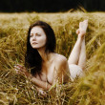 schöne Frau im Feld — Stockfoto