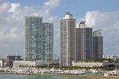 Роскошные квартиры с видом на пристань для яхт — Стоковое фото