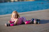 Jovencita sobre patines en el parque — Foto de Stock