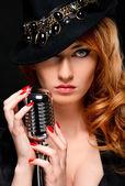 Красивый рыжий девушка с ретро микрофон — Стоковое фото