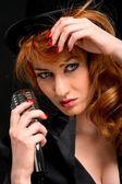 Retro mikrofon ile çok güzel kızıl saçlı kadın — Stok fotoğraf