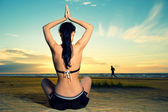 Yoga outdoors — Stock Photo