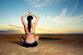 Žena, která dělá jóga cvičení venku — Stock fotografie