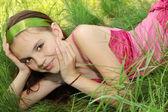 Fille dans l'herbe — Photo