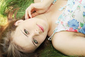 Meisje ligt op gras — Stockfoto