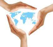 白の世界地図を囲む女性の手 — ストック写真