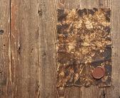 Eski bir kağıt üzerinde kahverengi ahşap doku doğal pat ile bir mum mühür ile — Stok fotoğraf