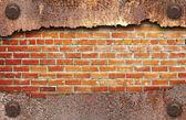 Tuğla duvar arka plan üzerinde yırtık metal doku — Stok fotoğraf
