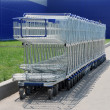 Row of white shopping carts in front of a shopping center - Foto Stock