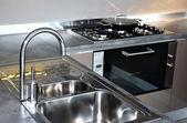 Su musluğu ve lavabo — Stok fotoğraf