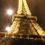 Illuminated Eiffel tower at night — Stock Photo