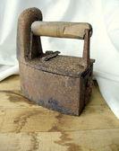 O ferro-velho em uma mesa de madeira — Foto Stock