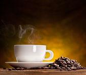 Taza de café con granos de café — Foto de Stock