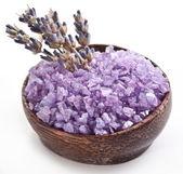 Mořské soli a sušené levandule. — Stock fotografie