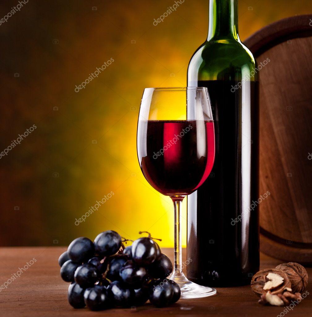 Naturaleza muerta con botella de vino — Foto de stock © Valentyn