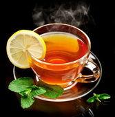 Taza de té con menta y limón. — Foto de Stock