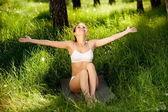Yong woman enjoying nature. — Stock Photo