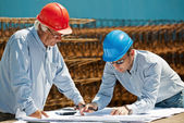 Young engineer and senior foreman — Foto Stock
