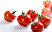 рассеянные свежих помидора черри — Стоковое фото