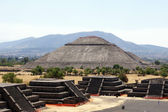 Sun piramid - view from Moon piramid in Teothuacan, Mexico — ストック写真