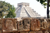 Schedels en piramide — Stockfoto