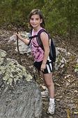 молодая девушка пешие прогулки — Стоковое фото