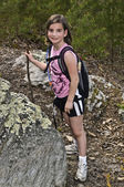Chica joven senderismo — Foto de Stock