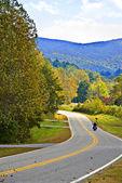 Solitário moto na estrada — Fotografia Stock