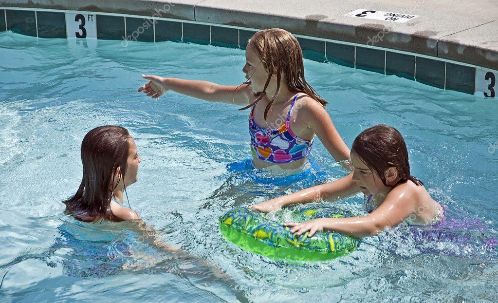 Три девки а бассейне фото 367-531