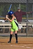 年轻的女孩 sofball 球员击球 — 图库照片