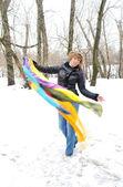 La jeune fille avec des écharpes multicolores en hiver, moscou — Photo