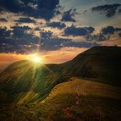 Pico da montanha com o caminho e a montanha do sol — Fotografia Stock