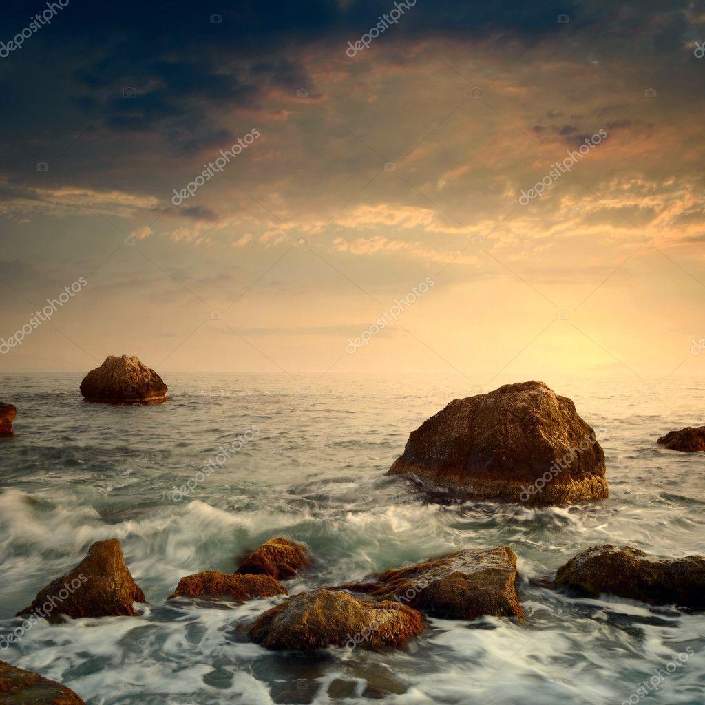 Фотообои Восход солнца на скалистом берегу моря