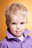 Enfant mignon faire drôle d'expression — Photo