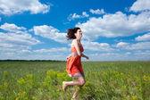 Mujeres jóvenes felices corriendo en el campo del verano — Foto de Stock