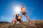 Tiro de moda de pareja amorosa en el campo seco — Foto de Stock
