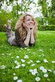 Vacker glad kvinna på gräsmattan — Stockfoto