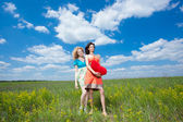 два красивых молодых женщин на открытом воздухе — Стоковое фото