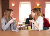 Girl chat - Two girls talking and drinking coffee — Stock Photo